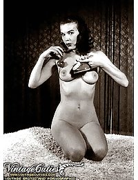 Naked 40's Vintage Chicks Showing Naked Bodies
